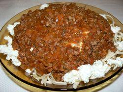 Спагети с кайма, лук и домати