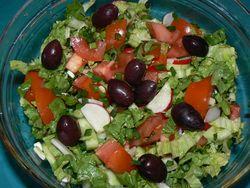 Зелена салата с домати и маслини