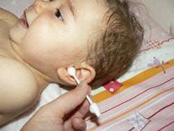 почистване ушите на бебето