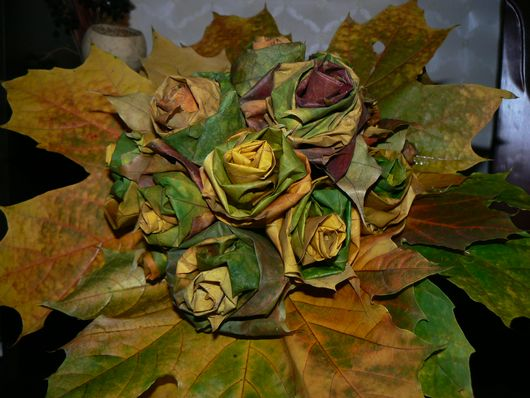 Рози от есенни листа