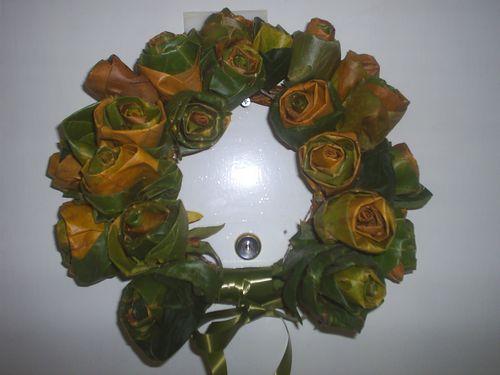 Венец от рози от есенни листа