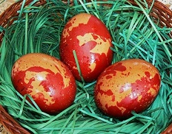Боядисване на Великденски яйца